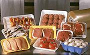 Продукты питания на лотках, упакованные в стрейч-пленку